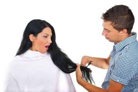 coupe de cheveux homme: Femme peur � propos de la cheveux de coupe par un hairstylist pr�par� pour la d�cote isol�e sur fond blanc  Banque d'images