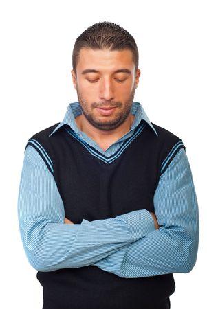 mani incrociate: Imprenditore infelice in piedi con le mani incrociate e guardando verso il basso isolato su sfondo bianco