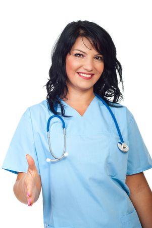 poign�es de main: M�decin heureux belle femme donnant des poign�es de main isol�es sur fond blanc