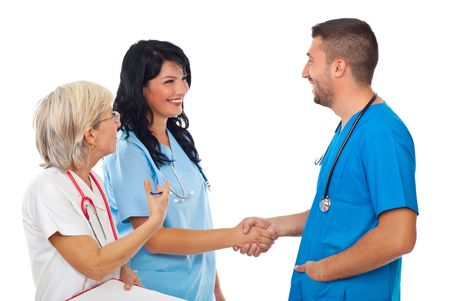 manos estrechadas: Dos médicos sonrientes que conoció mientras la mujer senior presentar a joven mujer a hombre aislado sobre fondo blanco  Foto de archivo