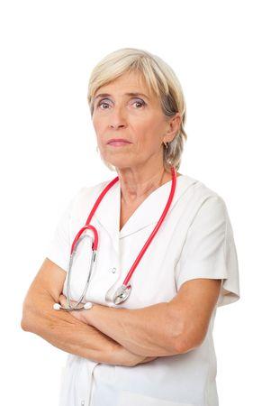 mani incrociate: Ritratto di donna in piedi con le mani del medico senior gravi attraversato isolato su sfondo bianco  Archivio Fotografico