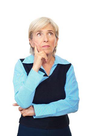 mujer pensativa: Mujer de negocios senior pensativo mirando de lejos y sosteniendo a mano aislados sobre fondo blanco para hacer frente a  Foto de archivo
