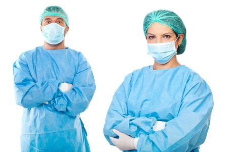 mani incrociate: Team di chirurghi, uomo e donna indossare uniformi protettivi, tappi e maschere e in piedi con le mani incrociate isolato su sfondo bianco Archivio Fotografico