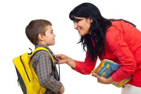 mujer hijos: Madre tener una conversaci�n con su hijo antes de ir a la escuela y permanente cara a cara aislados sobre fondo blanco