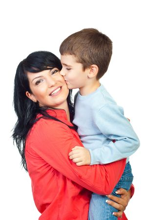 madre e hijo: Hijo de besar en la mejilla de su madre y ella sonriendo aislado sobre fondo blanco