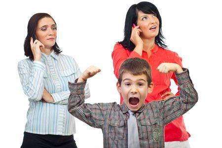 poner atencion: Ni�o exasperada acerca de dos mujeres que hablar por tel�fono m�vil y no prestar atenci�n a �l aislados sobre fondo blanco