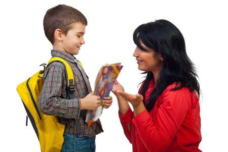 mama e hijo: Mam� dar explicaci�n a su peque�o hijo y le prepara para d�a de pu�o de la escuela, la bolsa de explotaci�n de chico y libros y mirando atentos a su madre