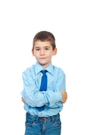 mani incrociate: Ritratto di elegante ragazzo formale in piedi con le mani incrociate e sorridente morbido isolati su sfondo bianco