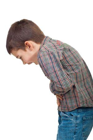 dolor de estomago: Ni�o de pie en el perfil de tener un dolor de est�mago graves y gritando aislado sobre fondo blanco