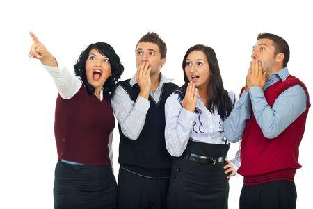 Donna sorpresa che indica in su e tutta la squadra di gente che è stupita isolata su priorità bassa bianca