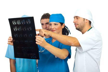 resonancia magnetica: Cuatro m�dicos del equipo tener una discusi�n y revisi�n una imagen por resonancia magn�tica aislado sobre fondo blanco