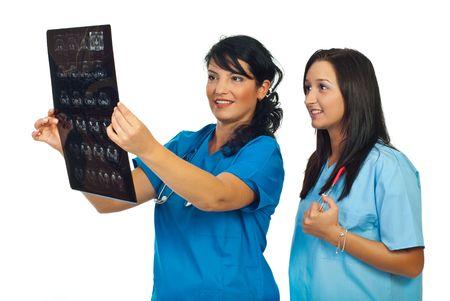 Lekarze kobiet uÅ›miecha siÄ™ i recenzowanie obrazowanie magnetycznego rezonansu samodzielnie na biaÅ'ym tle Zdjęcie Seryjne