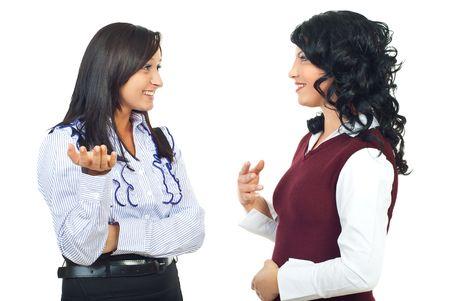 dialogo: Dos mujeres de negocio hermoso tener una discusi�n feliz aislada sobre fondo blanco