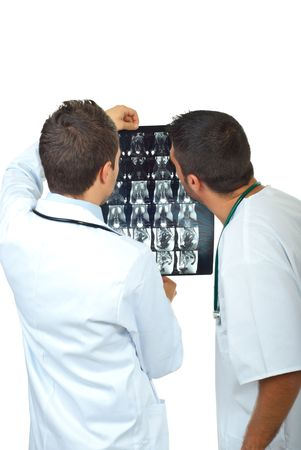 resonancia magnetica: Parte trasera de dos m�dicos hombres examen im�genes por resonancia magn�tica aislados sobre fondo blanco