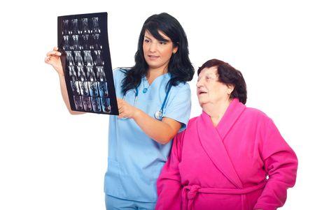 resonancia magnetica: Doctor mujer mostrando a su paciente el resultado de la resonancia magn�tica y debatir juntos aislado sobre fondo blanco  Foto de archivo