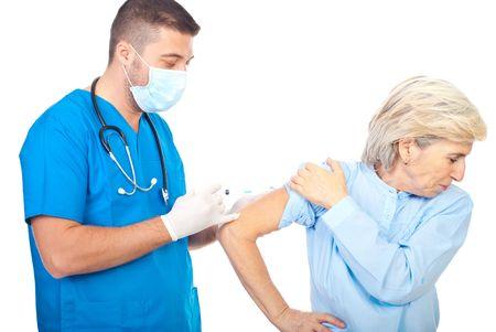 inyeccion intramuscular: Doctor hombre vacuna para la gripe que una paciente mujer senior aislada sobre fondo blanco