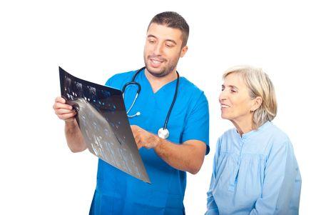 resonancia magnetica: Sonriendo m�dico y senior mujer paciente revisar los buenos resultados de imagen por resonancia magn�tica aislados sobre fondo blanco