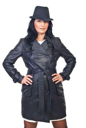 long shots: Modello di bellezza femmina in giacca di pelle e cappello isolato su sfondo bianco