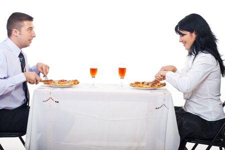 pareja comiendo: Alegre pareja comiendo pizza, sentados a la mesa juntos y tener conversaci�n