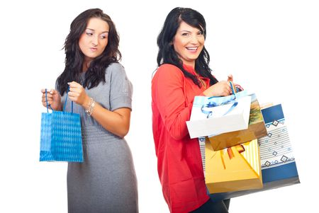 celos: Mujer envidia de su amiga con muchas bolsas de compra aislados sobre fondo blanco  Foto de archivo