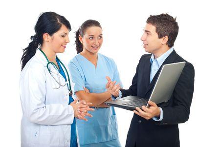 grupo de m�dicos: Mujeres de m�dico y enfermera tener una conversaci�n con un hombre de persona de TI aislado sobre fondo blanco