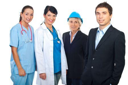 diferentes profesiones: Sonriente hombre de negocios de pie delante de la c�mara y otras personas con diferentes trabajos sonriendo en segundo plano