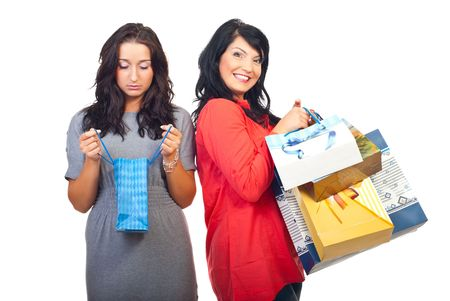 egoista: Mujer triste celebrar y buscar en la �nica peque�a bolsa y otras mujeres sonriendo y celebraci�n de muchas bolsas de la compra
