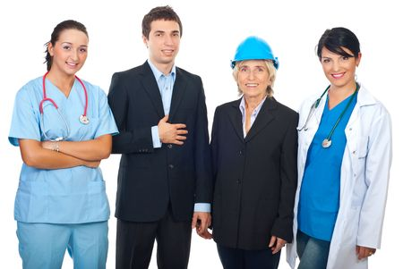 profesiones diferentes: Cuatro trabajadores con diferentes carreras aislados en una fila de pie y sonriente, sobre fondo blanco