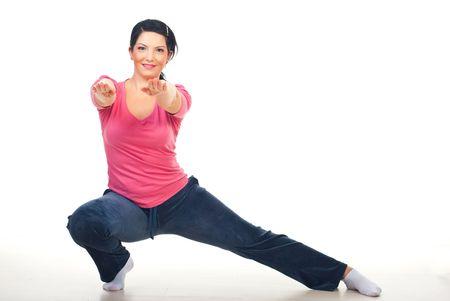 lateral: Mujer haciendo lobby lateral y de pie con las manos extendidas en piso sobre fondo blanco