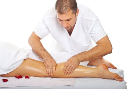 mujer celulitis: Masajista profesional dando anti celulitis pierna masaje a una mujer en balneario