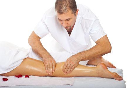 massage jambe: Masseur professionnel donnant anti cellulite jambe massage � une femme au spa resort Banque d'images
