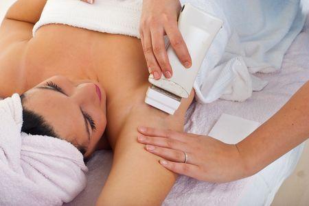 armpit: Esteticista depilaci�n axila de la mujer en Sal�n de spa  Foto de archivo