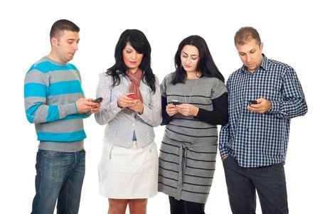 sending: Grupo de cuatro personas en una fila usando sus tel�fonos para escribir o leer SMS aislados sobre fondo blanco  Foto de archivo
