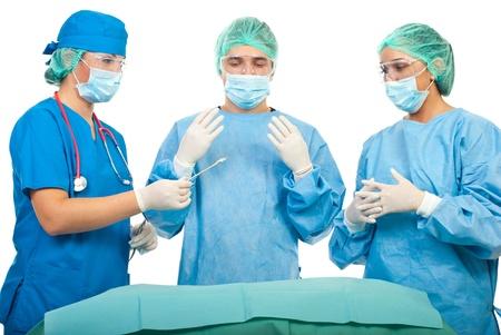 enfermera con cofia: Asistente dando herramienta quir�rgica a un cirujano en operaci�n aislado sobre fondo blanco