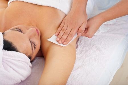 depilaciones: Cerca de obtener la depilaci�n axila por esteticista en un sal�n de belleza de mujer Foto de archivo
