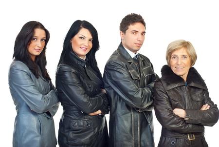 mani incrociate: Quattro persone indossando i modelli e i colori di giacche di pelle differenti e in piedi in una linea nel profilo di semi con le mani incrociate isolato su sfondo bianco