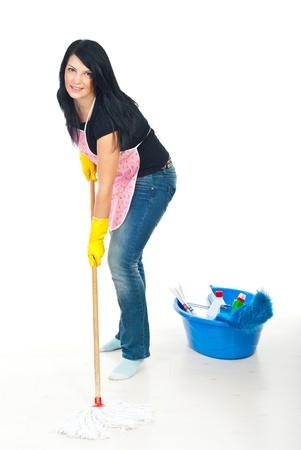 mop: Schoonheid vrouw met roze schort wassen witte houten vloer met mop