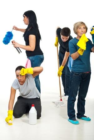 trabajando duro: Trabajo de trabajo en equipo con cuatro personas dif�ciles de limpiar la casa y todos ellos hacen un trabajo diferente Foto de archivo