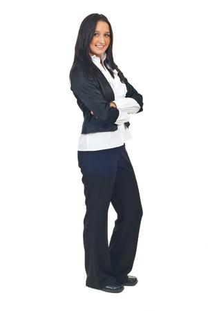 mani incrociate: Lunghezza completa di business giovane donna con le mani incrociate isolato su sfondo bianco