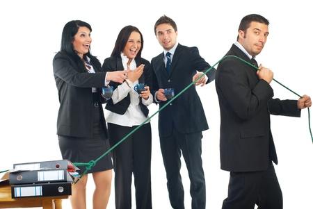 laughing out loud: Tres las colegas de personas de negocios en un salto de beber caf�, riendo a carcajadas y apuntando a un trabajador de empresario que tirando su escritorio con carpetas, el concepto de una persona a trabajar duro y otros buscan sin hacer nada