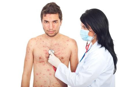 varicela: Mujer de m�dico evaluar a hombre con varicela aislada sobre fondo blanco