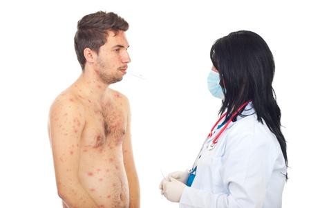 varicela: Doctor tomando temperatura a un enfermos masculinos con varicela aislada sobre fondo blanco Foto de archivo