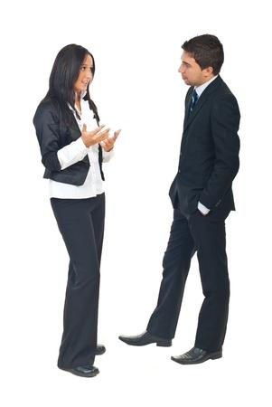 Longitud total de dos personas de negocios, tener una conversación y mujer explicando algo a fondo de isolatedon blanco de hombre