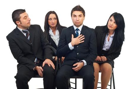 Hombre de negocios fueron elegidos y ser sorprendidos mientras sus colegas le mirando y ser envidiosos