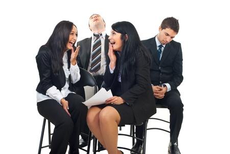 laughing out loud: Dos hombres de negocios cayeron dormido y ronquidos durante la Conferencia y las mujeres de dos negocios riendo a carcajadas sobre esta situaci�n divertida