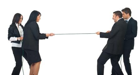 tug o war: Dos empresarias y dos empresarios tocando la soga aislada sobre fondo blanco