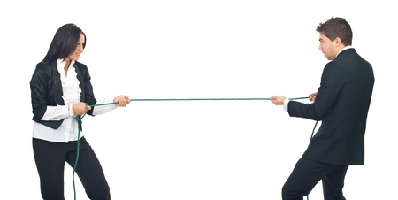 tug o war: Dos empresarios j�venes jugando remolcador guerra aislado sobre fondo blanco Foto de archivo