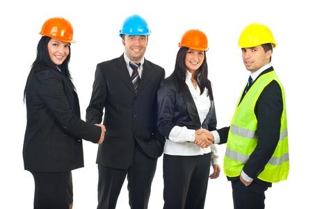 poign�es de main: Ing�nieur et architecte �quipe donnant la poign�e de main et souriant isol� sur fond blanc Banque d'images