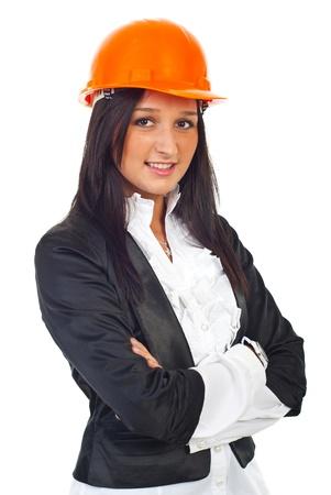 mains crois�es: Portrait de femme jeune architecte debout avec les mains crois�es et de port de casque orange isol� sur fond blanc