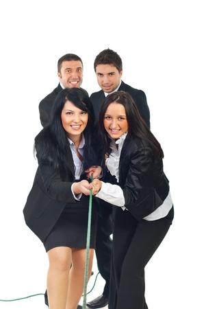 tug: Squadra di imprenditrici e di squadra degli uomini d'affari tirare corda insieme isolatedon sfondo bianco